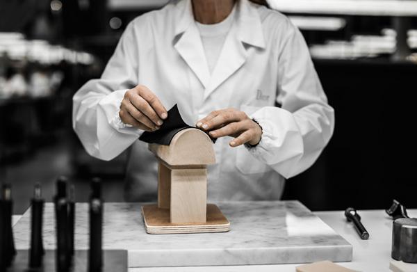 迪奥Diorever手袋体现精湛制作工艺